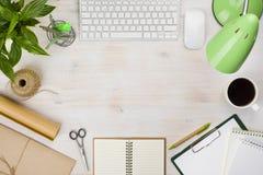 办公室与各种各样的计算机零件和文具供应的台式 免版税库存照片