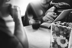 办公室与坐chattin的两个设计师同事的咖啡休息 图库摄影