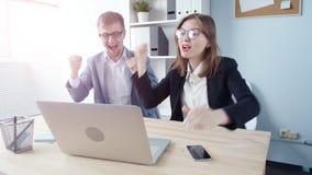 办公室二工作者 年轻商人在一种成功的交易以后高兴 股票录像