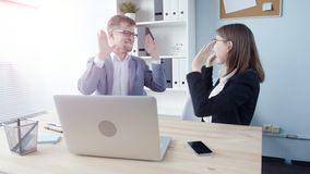 办公室二工作者 年轻商人在一种成功的交易以后高兴 股票视频