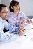 办公室介绍表注意的工作者 免版税库存图片