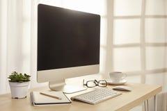 办公室充满日出心情的桌场面 库存照片