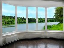 办公室全景窗口有看法向河 免版税库存图片