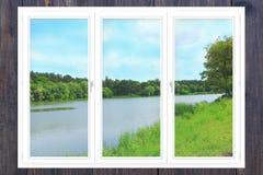 办公室全景窗口有看法向河 免版税库存照片