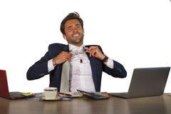 办公室公司画象年轻英俊和有吸引力愉快商人微笑快乐和满意松开享用Bu的领带 免版税库存图片