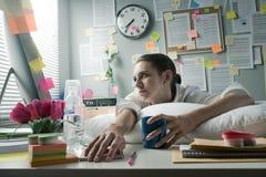 办公室劳累过度的工作者 免版税图库摄影