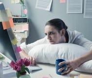 办公室劳累过度的工作者 库存图片