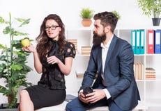 办公室午餐 男人和妇女交谈在午饭时间 办公室谣言 夫妇工友放松午休时间 ?? 库存图片
