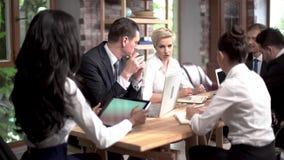 办公室同事有关于业务会议的一次讨论 股票视频
