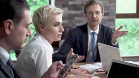 办公室同事有关于业务会议的一次讨论 影视素材