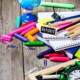 办公室和学校用品的分类在木桌上的 免版税库存照片