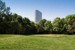 办公室在一个绿色公园旁边的摩天大楼大厦 免版税库存照片