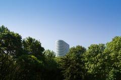 办公室在一个绿色公园旁边的摩天大楼大厦 库存照片