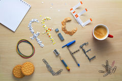 办公室在一张木书桌上的生活iscription被计划办公室文具 职员的早餐 图库摄影