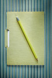 办公室在上面直接有条纹的背景的文件夹铅笔 库存图片