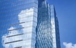 办公室塔由蓝色玻璃和钢制成 免版税库存图片