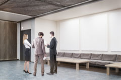 办公室大厅的谈论的人工作材料 免版税图库摄影