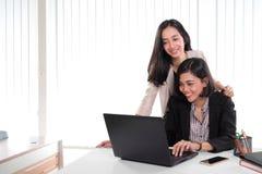 办公室夫人一起与膝上型计算机一起使用 免版税库存图片