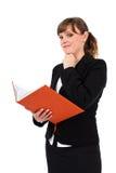 办公室夫人读取笔记本 免版税库存照片