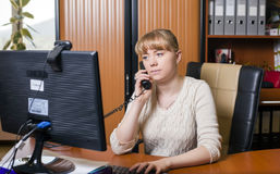 年轻办公室女工 免版税库存照片