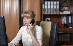 年轻办公室女工 免版税图库摄影