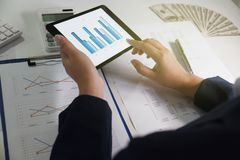 办公室妇女工作 与图的财务分析在事务、会计、保险或者财务概念的片剂 免版税库存照片