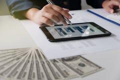 办公室妇女工作 与图的财务分析在事务、会计、保险或者财务概念的片剂 免版税图库摄影