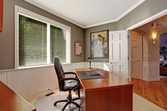 办公室室在豪华房子里 免版税图库摄影