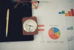 办公室工作和分析图表和克洛的企业概念 库存图片