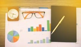办公室工作和分析图表和克洛的企业概念 免版税库存照片