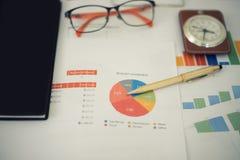 办公室工作和分析图表和克洛的企业概念 图库摄影