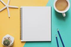办公室工作场所最小的概念 有杯子的空白的笔记本cof 免版税库存图片