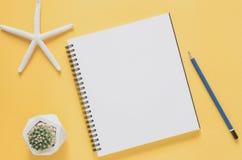 办公室工作场所最小的概念 有海星的空白的笔记本 免版税图库摄影