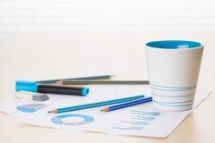 办公室工作场所用咖啡、供应和报告 免版税图库摄影