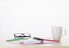 办公室工作场所用咖啡、供应和报告 免版税库存图片
