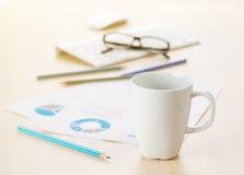 办公室工作场所用咖啡、供应和报告 库存照片