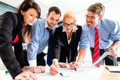 办公室工作的人们作为小组 免版税库存图片