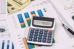 办公室工作的企业概念-计数关于费用年度预算 免版税库存图片