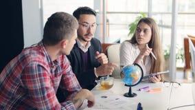 办公室工作者与地球谈论国际事务 股票录像