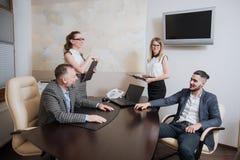 办公室工作者做成交,签署关于合作的协议 免版税库存图片