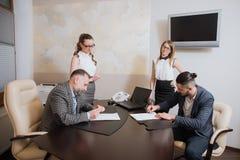办公室工作者做成交,签署关于合作的协议 库存图片