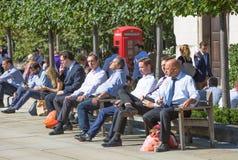 办公室工作者吃午餐在公园在圣保罗大教堂旁边 伦敦英国 图库摄影