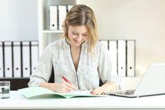 办公室工作者唱歌合同或填装的形式 免版税库存图片