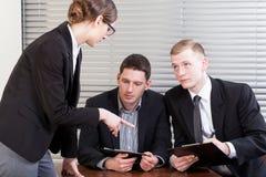 办公室工作者在与经理的会谈期间 库存照片