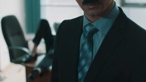 办公室工作者在背景的桌吐并且吞下唾液,同事放置 股票视频
