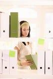 办公室工作者女孩装箱文件夹 免版税图库摄影