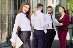 办公室工作者年轻队  玻璃的女孩 37企业夫人 免版税库存图片