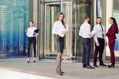办公室工作者年轻队  玻璃的女孩 37企业夫人 免版税图库摄影