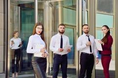 办公室工作者年轻队  玻璃的女孩 37企业夫人 免版税库存照片