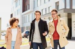 办公室工作者或朋友谈话在城市街道上 免版税库存照片